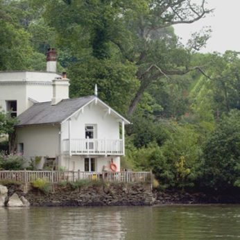 Pretty Waterside cottage in Devon made of wood