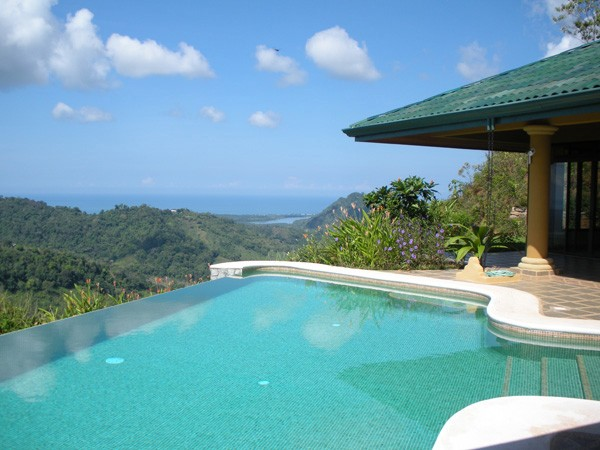 Infinity pool at the villa in Costa Rica - House-sitting Costa Rica