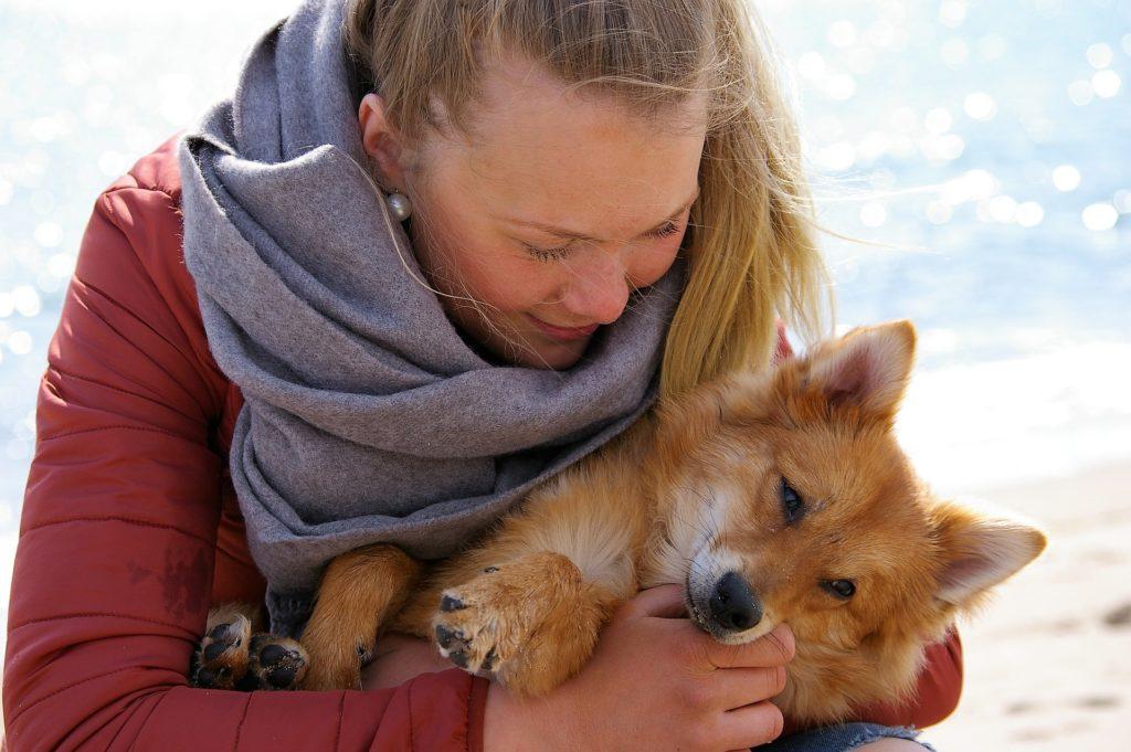 Petsitter profile dogsitter hugging dog